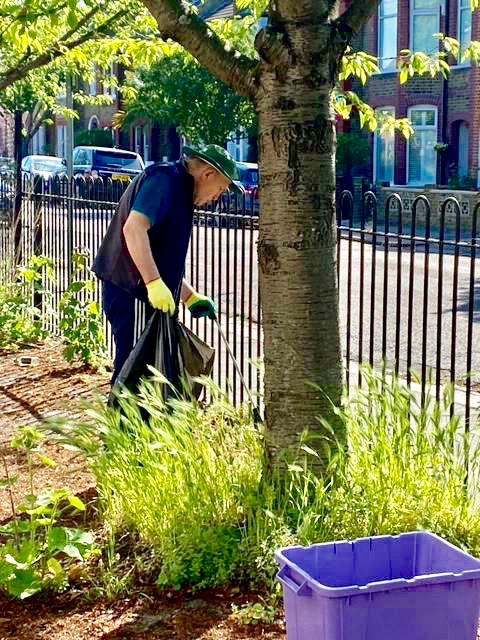Colliers-Wood-Parks-and-Green-Spaces-Volunteers-Litter-Picking-June-2021